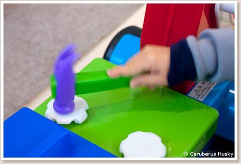 シートの固定ピンをハンマーで打ち込み